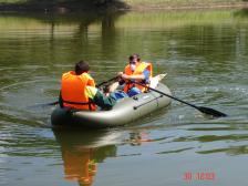 Обработка от личинки комара на лодке